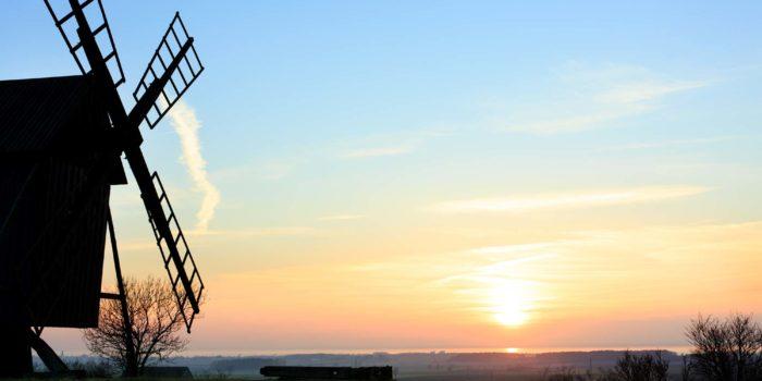 Väderkvarn i solnedgång